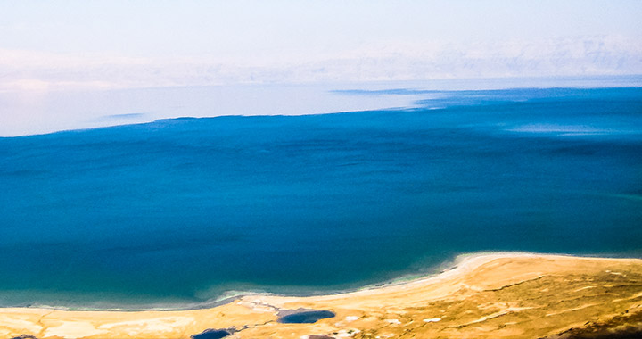 Вид сверху на Мертвое море