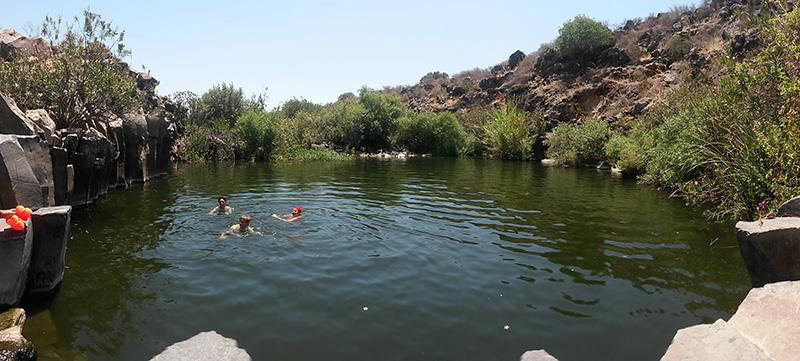 Купание в озере в пустыне