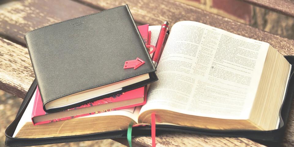 Книга, блокнот, закладка